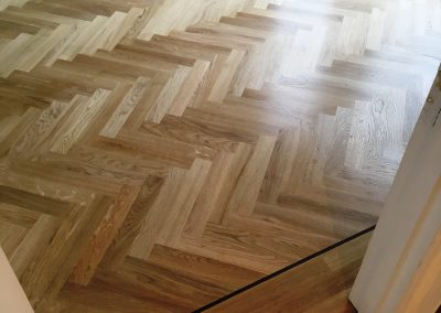 017_h_herringbone_blocks_parquet_flooring_double_frame_primegrade_single_dark_strip_natural_solid_Surrey